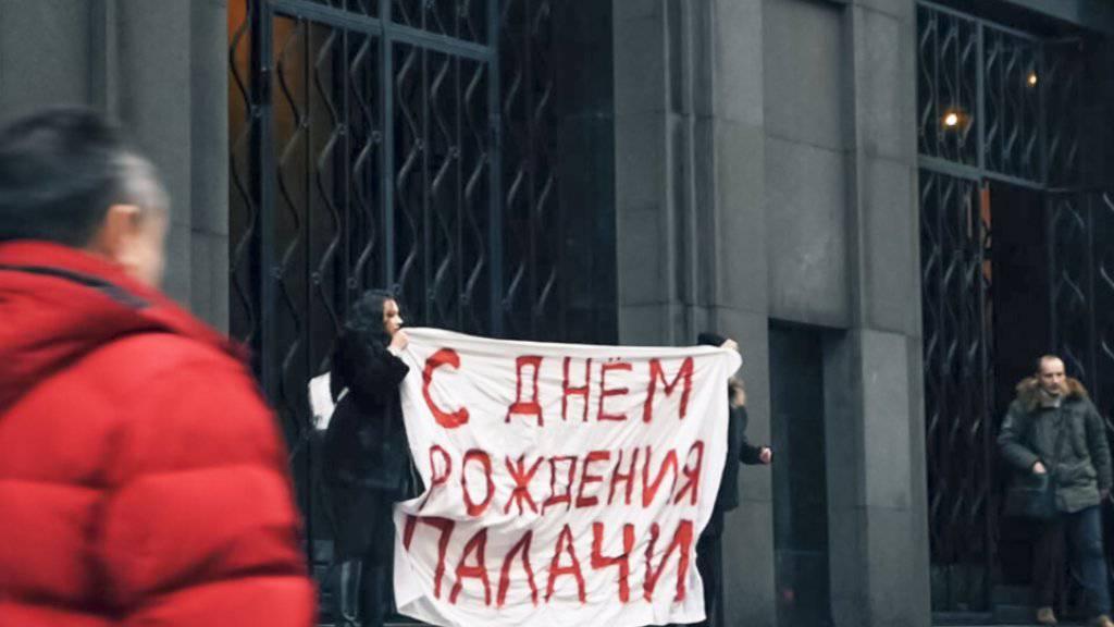 Alechina und Komplizen mit ihrem Plakat vor dem Gebäude des russischen Inlandsgeheimdienstes.