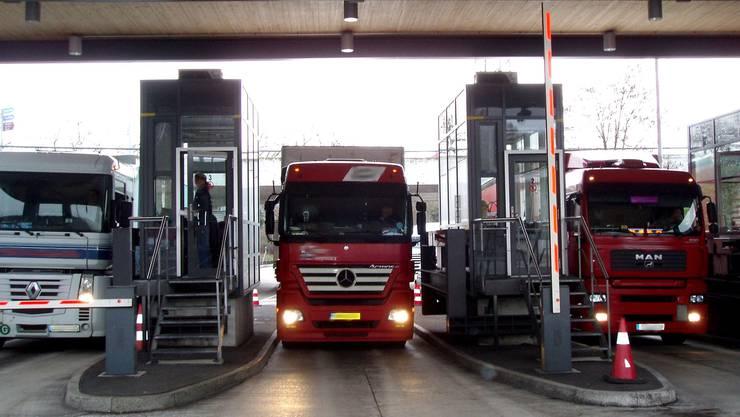 Kurz vor der Grenze des Autobahnzolls in Rheinfelden kam es zum Unfall zwischen LKW und Auto. (Symbolbild)