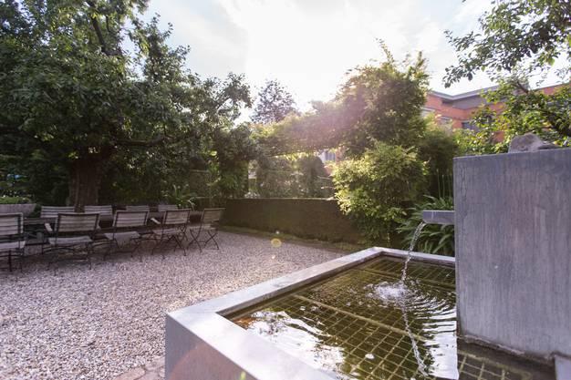 Der mit Glyzinien umrankten Sitzplatz mit Brunnen. Hier verweilen Anita und Ueli Schibli gerne auch mit Freunden.