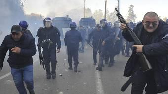 Die Polizei löste eine Demonstration in Algier mit Wasserwerfern und Tränengas auf.