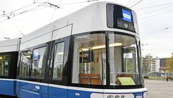 Verkehrsbetriebe Zürich zeigen ihr erstes Flexity-Tram.