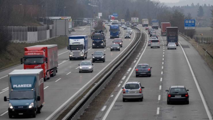 Sanierungsbedürftige Autobahn A 1 zwischen Rothrist und Härkingen auf der  Höhe Autobahnraststätte Gunzgen Süd