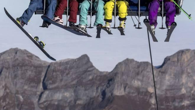 Am letzten Wochenende musste man ihn noch suchen. Nun ist er da – der grosse Schnee: Skifahrer und Snowboarder auf dem Sessellift Ice Flyer auf dem Titlis-Gletscher. Foto Keystone