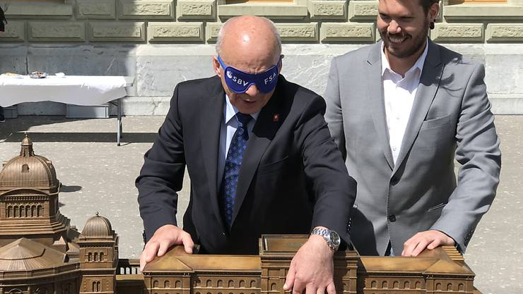 Bundesrat Ueli Maurer ertastet das haptische Modell des Bundeshauses.