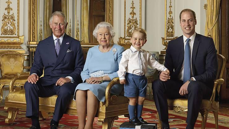 Einer stiehlt allen die Show: Der sechsjährige Prinz George posiert mit der Queen und den anderen Thronfolgern.