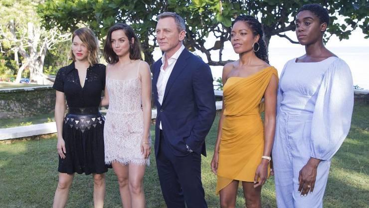 """Lashana Lynch (r) soll unbestätigten Gerüchten zufolge Agent 007 von """"Bond 25"""" sein, zumindest zu Beginn des Films. Mitwirken sollen auch (von links) Lea Seydoux, Ana de Armas, Daniel Craig und Naomie Harris. (Archiv)"""