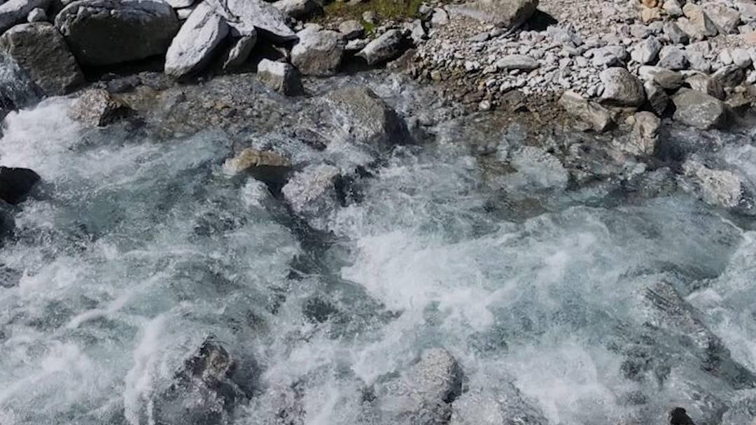 Geologisches Phänomen: der weisse Bach im Val Müstair