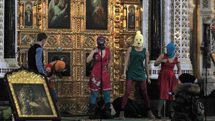 Mitglieder von Pussy Riot bei der Performance in der Christ-Erlöser-Kathedrale in Moskau.