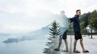 Julien Wanders posiert vor dem Leichtathletik-Meeting von Luzern für die Fotografen auf dem Bürgenstock.