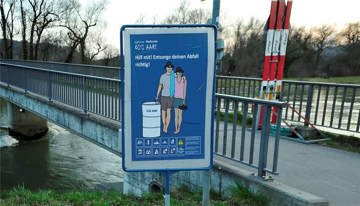 Die Gruppe verhängte etwa ein Parkverbot direkt an der Aare und stellte mehrere Abfallfässer und Infotafeln auf.