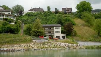 Blick auf den Kappisee: An diesem Hang entsteht die Überbauung «Riverside» um das Haus in der Mitte herum. (Walter Schwager)