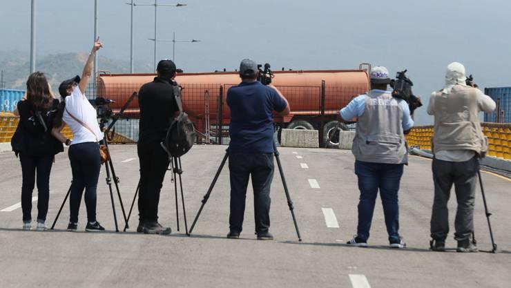 Die venezolanischen Behörden haben eine Autobrücke zum Nachbarland Kolumbien blockiert.
