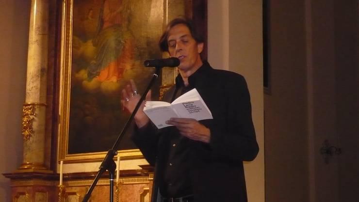 Pedro Lenz liest in der Kirche Kestenholz vor.