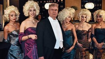 «Ich liebe es, das Alphatier zu sein»: Peter Buser mit Begleiterinnen am Wiener Opernball.