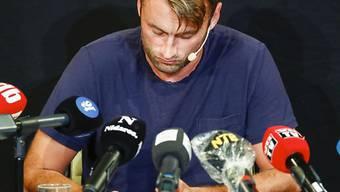 Der einstiege norwegische Langlauf-Star Peter Northug erklärt sich vor den Medien