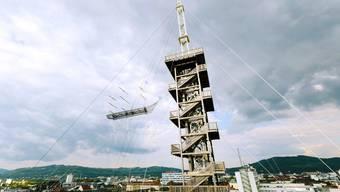 In Linz will die Kunst hoch hinaus: Der Künstler Alexander Ponomarev lässt über den Dächern sogar das Gerippe eines Segelschiffs schweben.