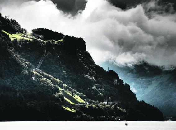stotziger Berg, wildes Gewölk, enge Täler, von der Wasserkraft die Elektrizität. Und vergessen dabei den See, wichtig in Uri. Blick über Urnersee mit Tellsplatte.