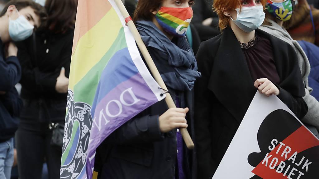 Frauenrechtsaktivistinnen nehmen an einem von der Frauenrechts-Organisation «Strajk Kobiet» organisierten «Generalstreik» teil. Foto: Czarek Sokolowski/AP/dpa