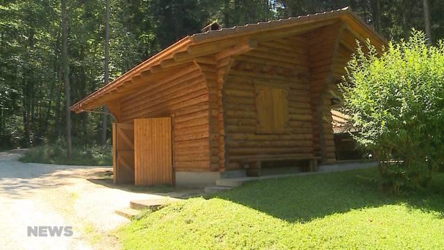 Kurz nach Erneuerungsarbeiten: Waldhütte in Lüsslingen verwüstet