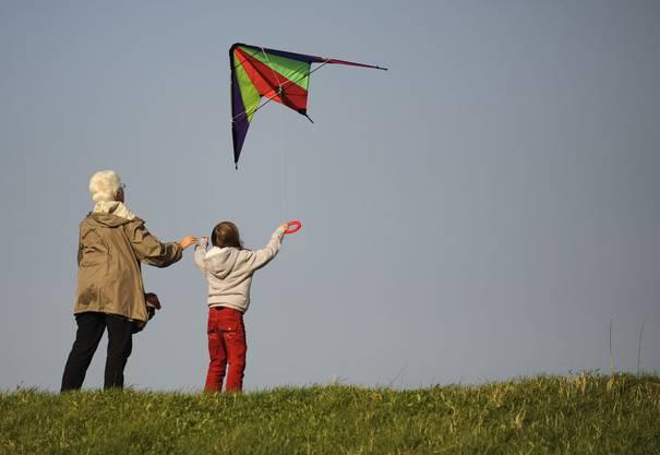 Wieder einmal einen Drachen steigen lassen: Dabei breitet sich ein Gefühl von Freiheit aus, das durch nichts zu ersetzen ist. Also runter vom Sofa und raus an die frische Luft!