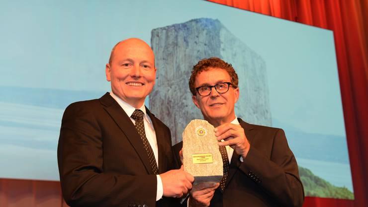 Der erste Platz ging an die Weltneuheit CabriO. Jürg Balsiger, Direktor Stanserhorn-Bahn, und Reto Canale, Ing. ETH nahmen den Preis entgegen.