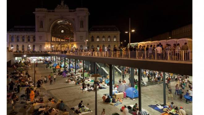 Am Keleti-Bahnhof strandeten bis Freitagnacht 3000 Flüchtlinge. Versorgt wurden sie einzig von freiwilligen Helfern. Foto: Christoph Oeschger