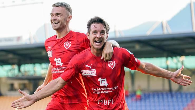 Manuel Sutter (rechts) jubelt mit Nicolae Milinceanu über seinen Treffer zum 2:0-Sieg.