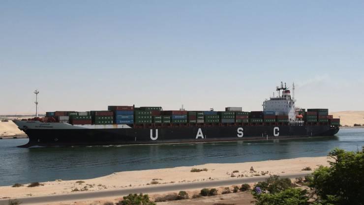 Mitten im Wüstensand und auf den ersten Blick erstaunlich schmal: der Suezkanal etwa in der Mitte bei Ismailia.