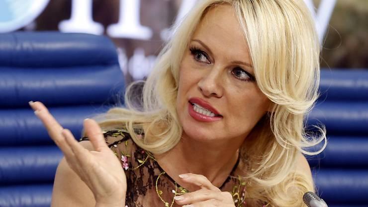 Seit Pamela Anderson als Schauspielerin nicht mehr so gefragt ist, setzt sie sich für allerlei wohltätige Zwecke ein, beispielsweise für vegetarische Häftlingskost, für ein Verbot von Zirkus-Tieren und neu für Flüchtlinge in Nordfrankreich. (Archivbild)