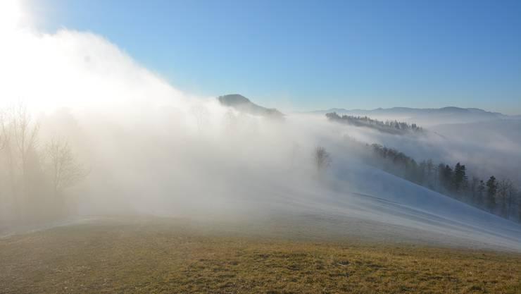 Etwas westlich der Schlosshöchi ob Egerkingen schwappten die Nebelschwaden über den Jura.