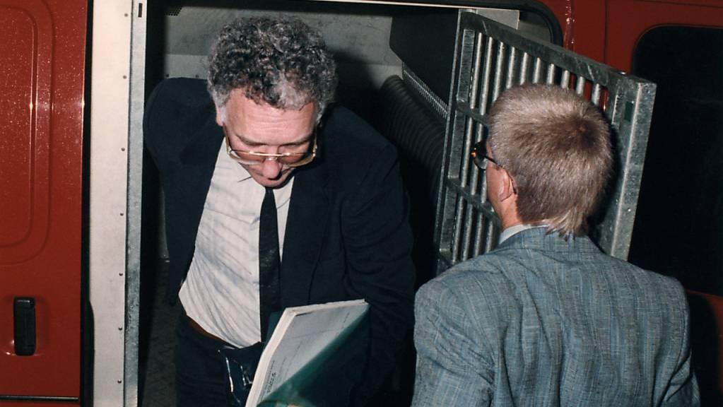 Günther Tschanun (links) am 23. August 1990 beim Verlassen eines Polizeifahrzeugs vor dem Zürcher Obergericht. (Archivbild)