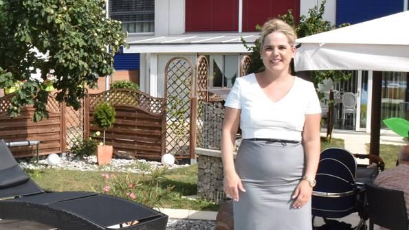 Entspannt: SVP-Gemeinderätin Martina Bircher in ihrem Garten in Aarburg.