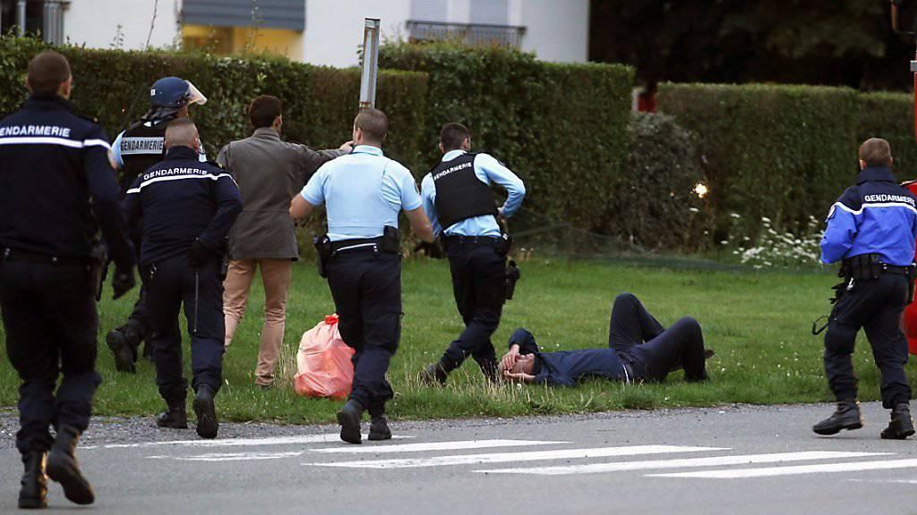 Polizisten bemühen sich um Schadensbegrenzung nach der Schiesserei unter Fahrenden in Roye in Nordfrankeich.