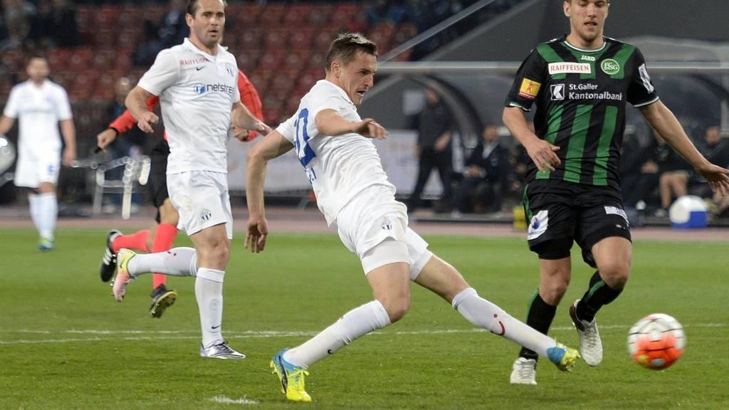 Der Zürcher Burim Kukeli schiesst das 2-0 für den FC Zürich, beim Fussballspiel der Super League FC Zürich gegen den FC St. Gallen im Stadion Letzigrund in Zürich.