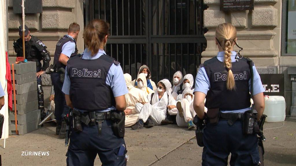 64 Verhaftungen: Klimaaktivisten blockierten Grossbanken