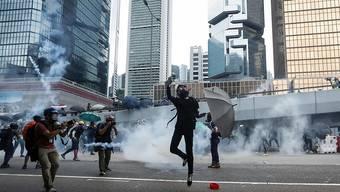 Trotz eines Demonstrationsverbots und der Absage einer Grossdemonstration haben am Samstag tausende Menschen in Hongkong demonstriert.
