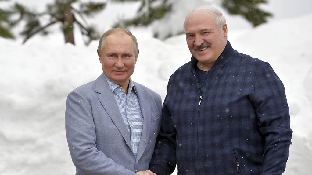 Wladimir Putin (l), Präsident von Russland,  posiert mit Alexander Lukaschenko, Präsident von Belarus, während ihres Treffens im Schwarzmeerort Sotschi für ein Foto. Foto: Alexei Druzhinin/Pool Sputnik Kremlin/dpa