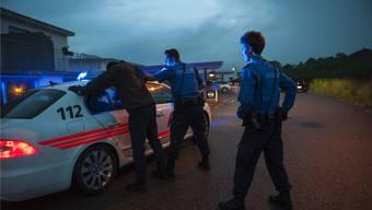 Nach der Verhaftung griff einer der zwei Randalierer einen Polizisten an. (Symbolbild)