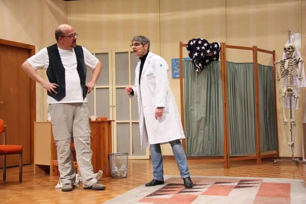Beni Anderhub (gespielt von Ruedi Eichenberger) muss sich in «Es verhängnisvolls Wochenend» das Wohnzimmer mit seiner Frau Dr. Cornelia (Susanne Moor) und ihren Patienten teilen.