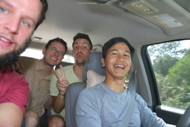 Von Stadtrand nach Koh Kong. Stöppeln zu dritt geht nicht nur erstaunlich gut, unsere zweite Mitfahrgelegenheit könnte auch kaum spannender sein. Der Chauffeur...