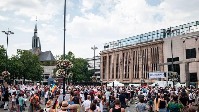 Demonstration in der Dortmunder Innenstadt. Die Polizei ist mit einem Großaufgebot im Einsatz. Foto: Fabian Strauch/dpa