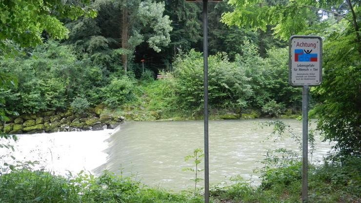 Das Ufer entlang der Emme ist beschildert, dennoch kommt es immer wieder zu Badeunfällen.