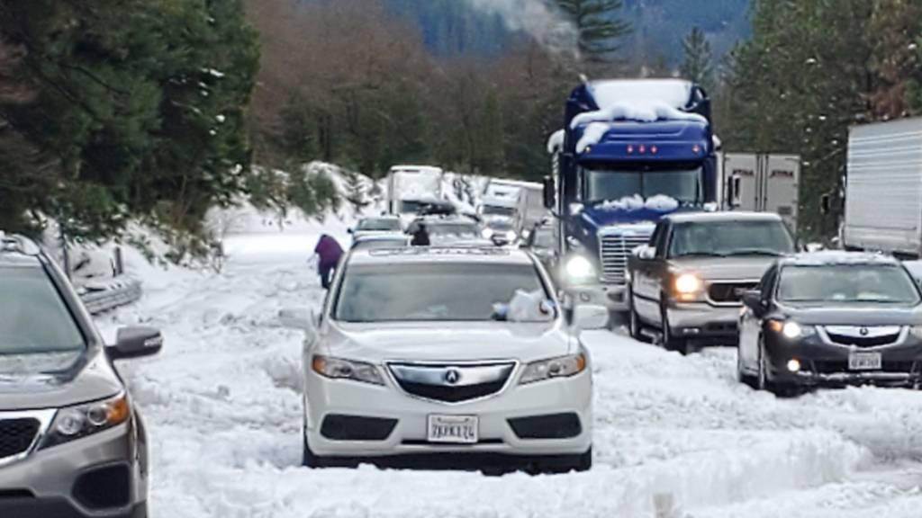 Schneestürme behindern den Verkehr zum Thanksgiving-Feiertag in den USA. Schätzungen zufolge wollten am Mittwoch rund 55 Millionen Menschen per Auto oder Flugzeug unterwegs sein. Zahlreichen Flüge mussten gestrichen werden. (Foto: Caltrans via AP Keystone)