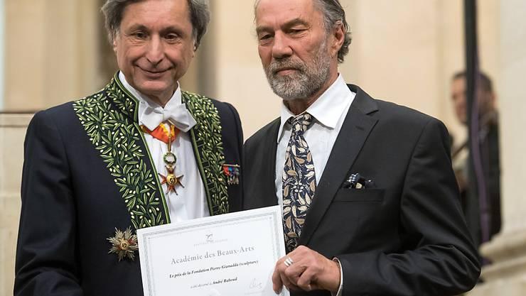 Patrick de Carolis von der Pariser Akademie der schönen Künste (l) überreicht dem Schweizer Bildhauer André Raboud (r) den Preis der Fondation Pierre Gianadda.