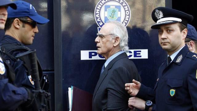 Ex-Minister Akis Tsochatzopoulos wird abgeführt (Archiv)