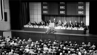 Der BBC-Verwaltungsratspräsident Fritz Leutwiler, Mitte, spricht am 11. August 1987 an der ausserordentlichen Generalversammlung zur Fusion mit der schwedischen Asea zur ABB.