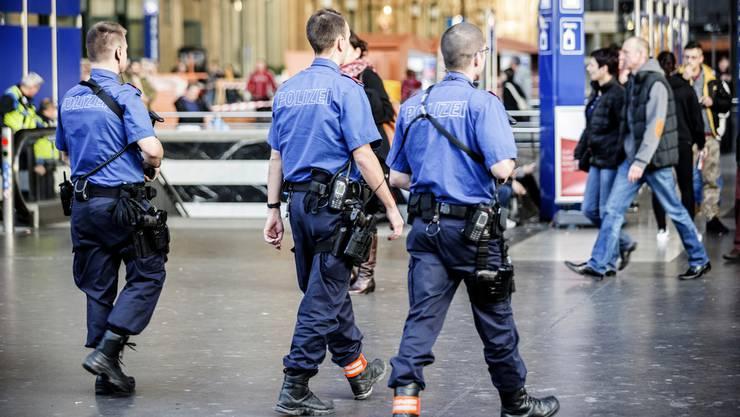 Die Stadtpolizei fahndet am Donnerstagmorgen in der Zürcher Innenstadt und am Flughafen nach einem unbekannten Mann. (Symbolbild)