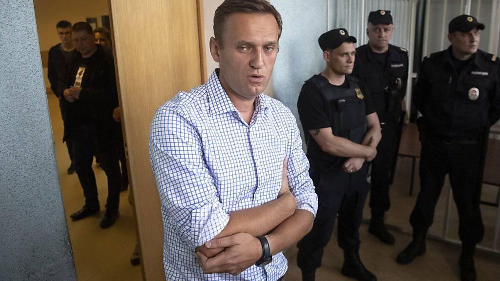 Wegen seiner Teilnahme an einer Demonstration muss der russische Aktivist Alexej Nawalni für zehn Tage ins Gefängnis. Ein Gericht in Moskau befand ihn am Montag für schuldig, das Gesetz gebrochen zu haben, als er sich an dem Strassenprotest im Juni beteiligte.