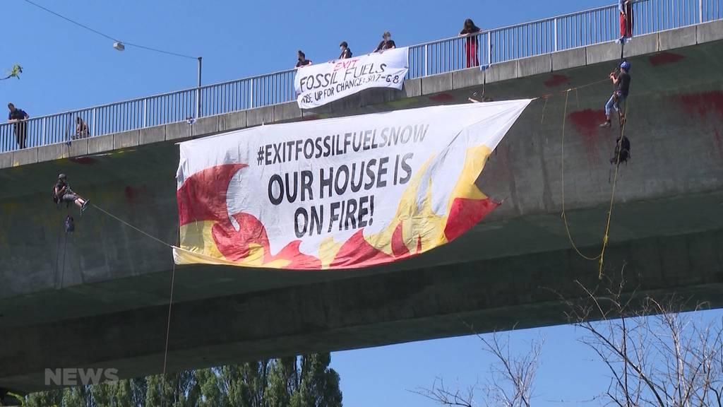 Illegale Klimaaktion in luftiger Höhe: Aktivisten seilen sich von Monbijoubrücke ab