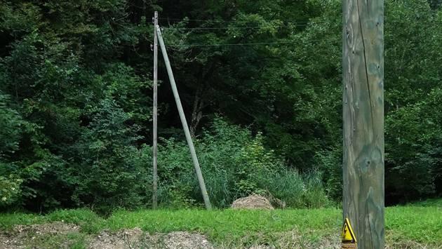 Die Stromleitungsmasten bei den Wittelweihern in Oberhof passen schlecht in diese wertvolle Naturlandschaft. – Foto: chr